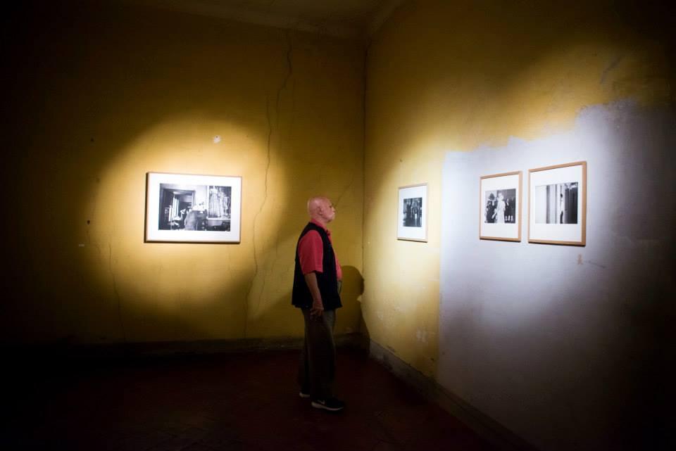Ferdinando Scianna a Brescia in visita alla mostra Il tempo nel mezzo