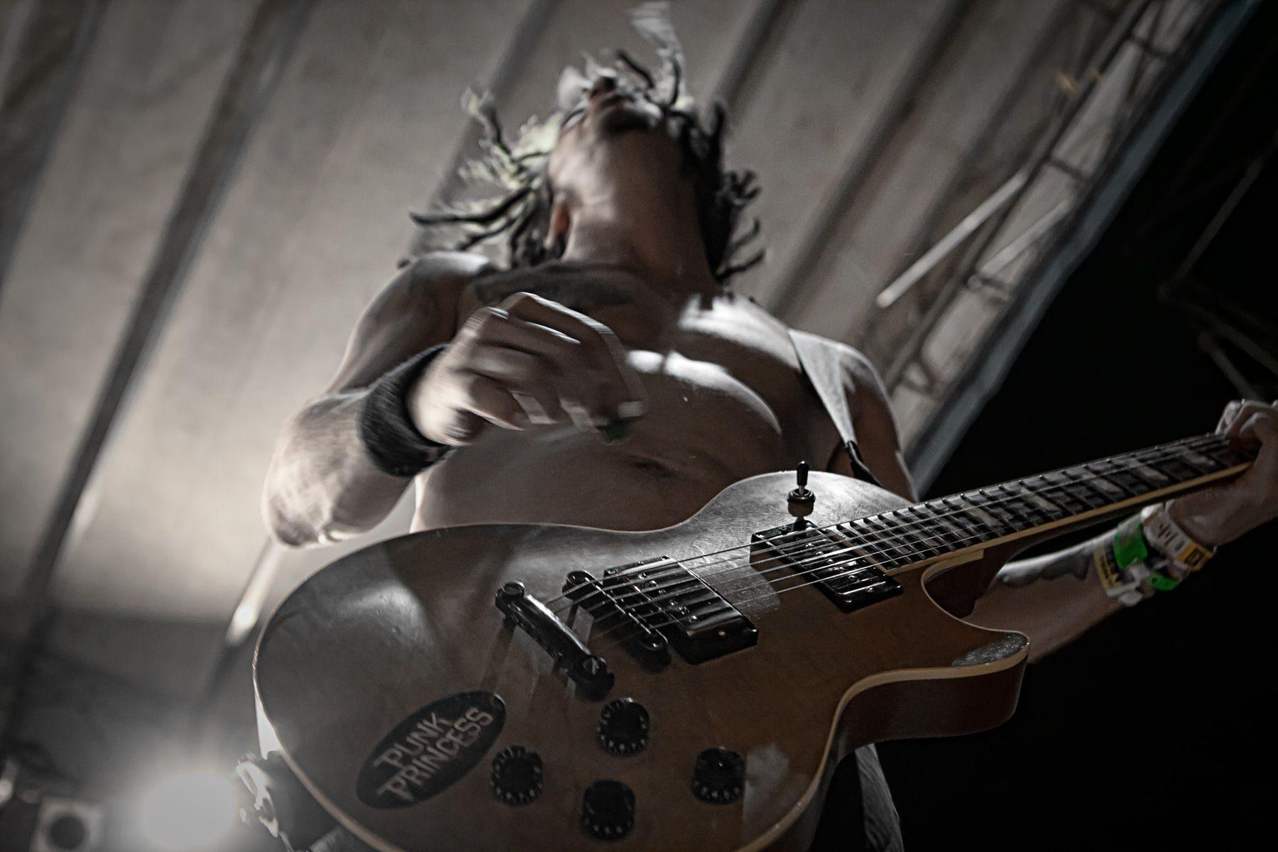 chitarrista dei nofx alla festa di radio onda d'urto