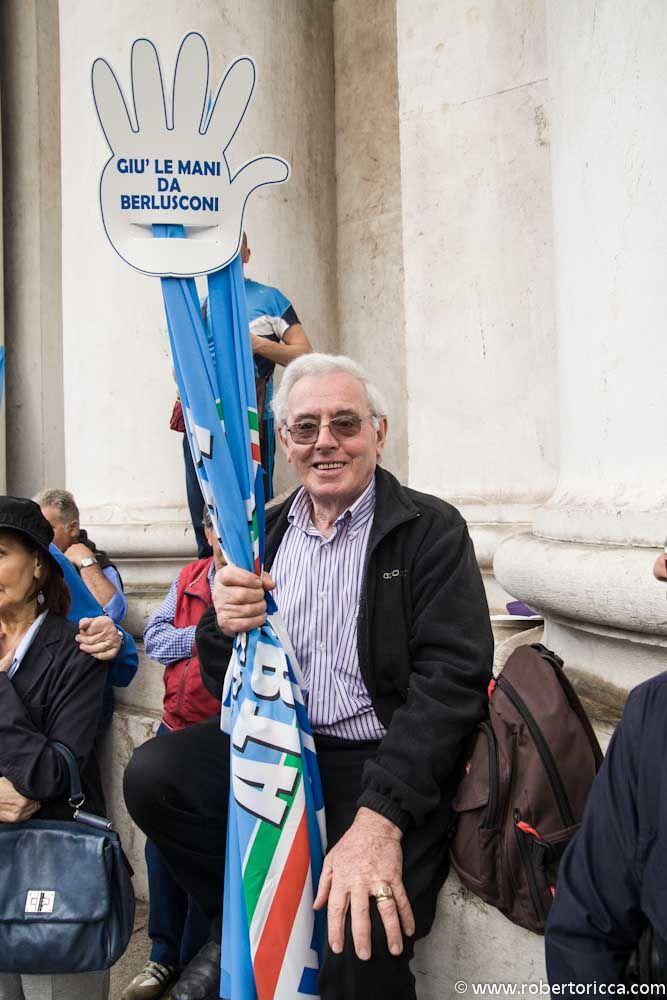 anziano supporter di berlusconi e del pdl con bandiera