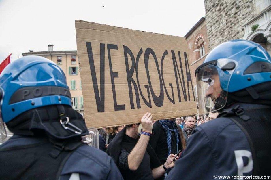 vergogna cartello di protesta contro la manifestazione di berlusconi a brescia