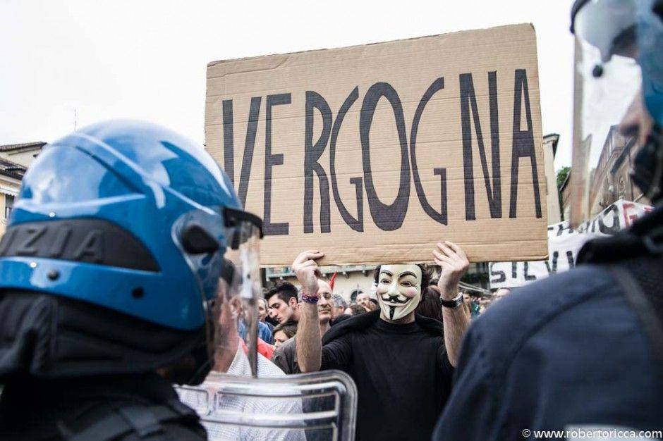 vergogna cartello di protesta V per vendetta a brescia