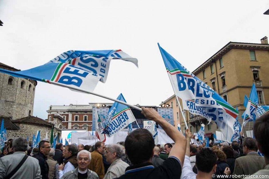 bandiere di manifestanti del pdl a brescia