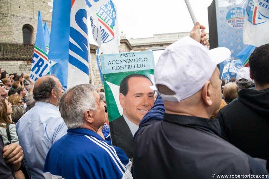 cartelli pro berlusconi dei simpatizzanti del pdl