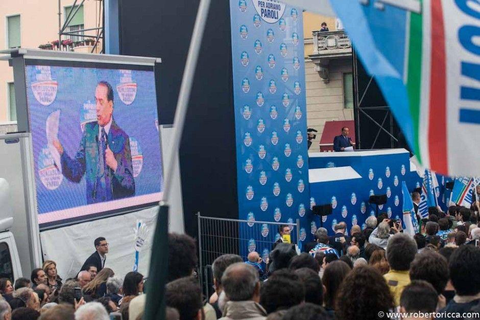 berlusconi parla in piazza