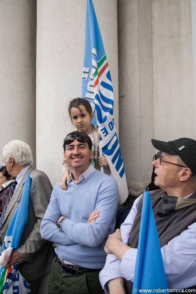 giovane supporter con bambina di berlusconi e del pdl con bandiera