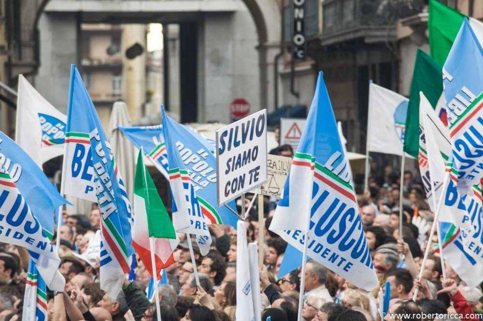 bandiere a favore di Berlusconi