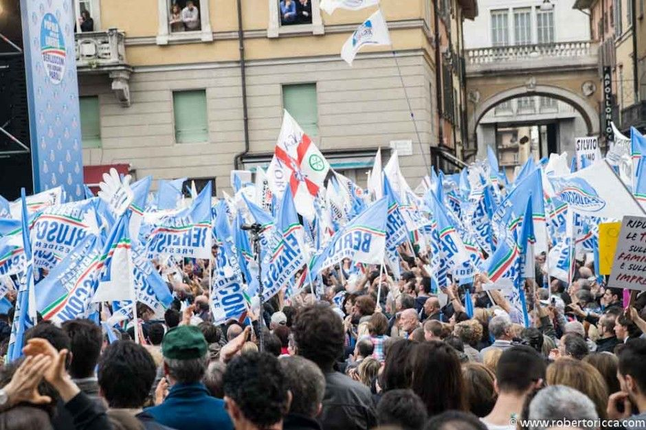 folla di simpatizzanti bresciani