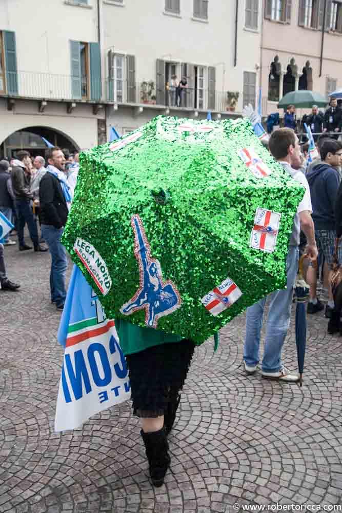 supporter della lega nord e di berlusconi con ombrello verde della padania