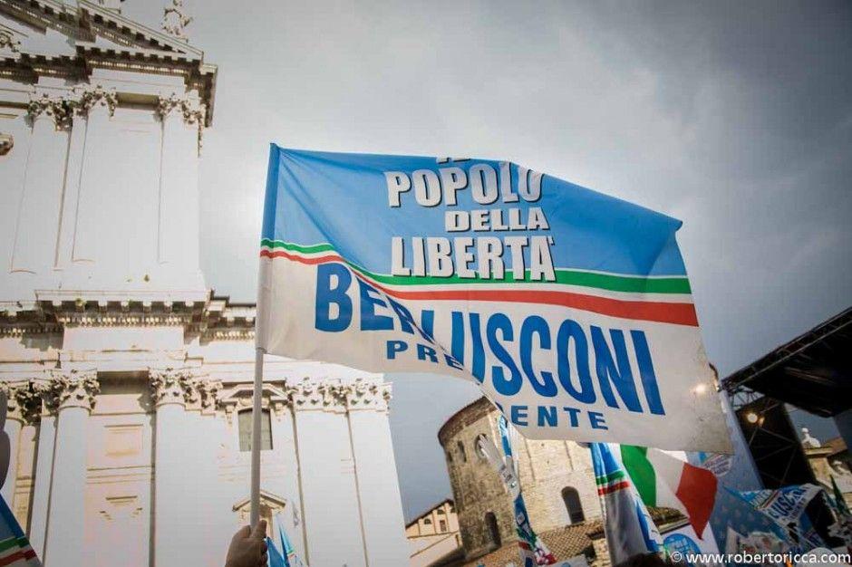 bandiera pdl e berlusconi in piazza duomo a brescia