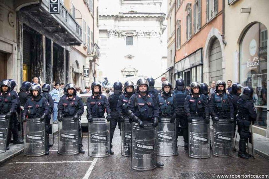 polizia in tenuta anti sommossa in attesa degli scontri a brescia tra antagonisti e supporter del pdl