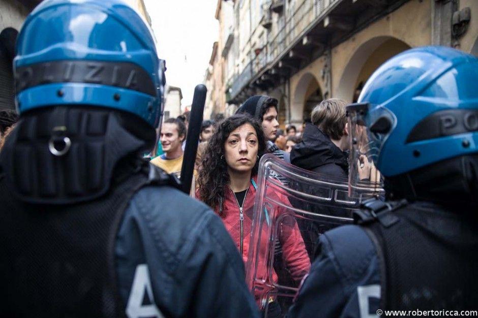 giovane antagonista protesta contro l'arrivo di berlusconi a brescia