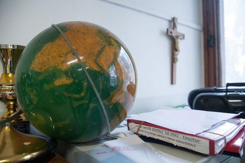 aula scuola media mappamondo crocifisso reggio emilia workshop donald weber