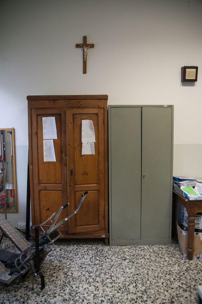 aula scuola media crocifisso armadio