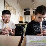 aula scuola media immigrazioen studente cinese lezione musica