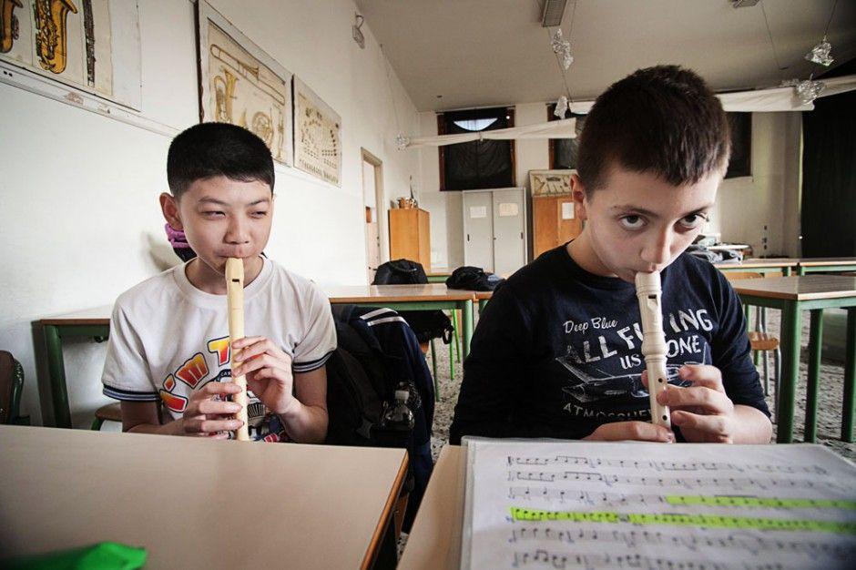 aula scuola media immigrazione studente cinese lezione musica workshop donald weber