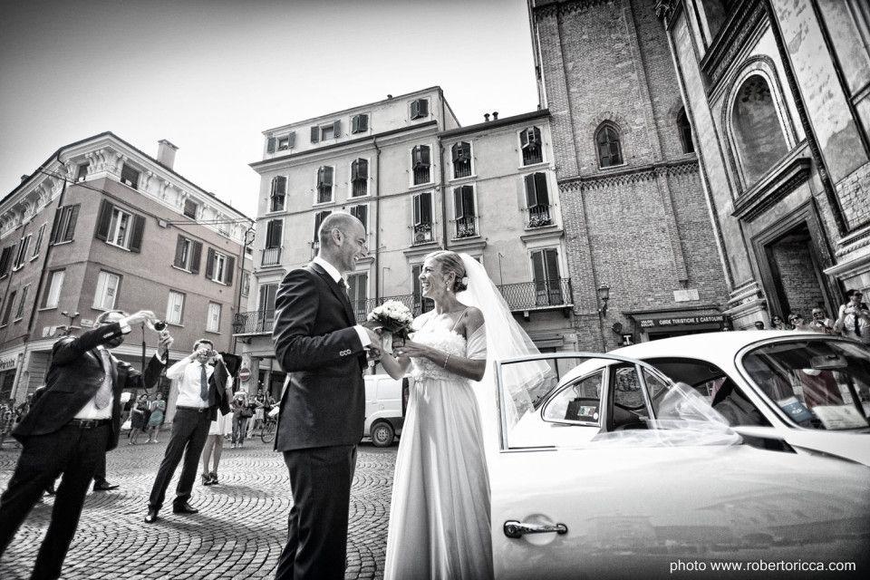 lo sposo attende la futura sposa fuori dalla chiesa di mantova