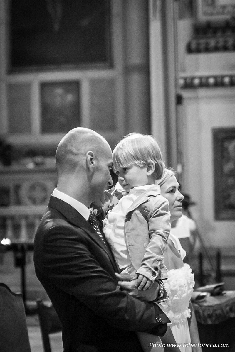 padre e figlio in chiesa durante matrimonio, bambino