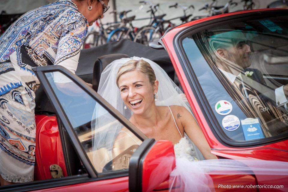 la sposa parte in macchina