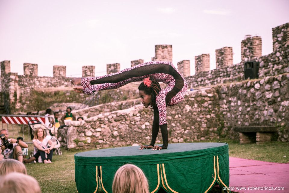 contorsionista africana circo etiope rocca delle meraviglie