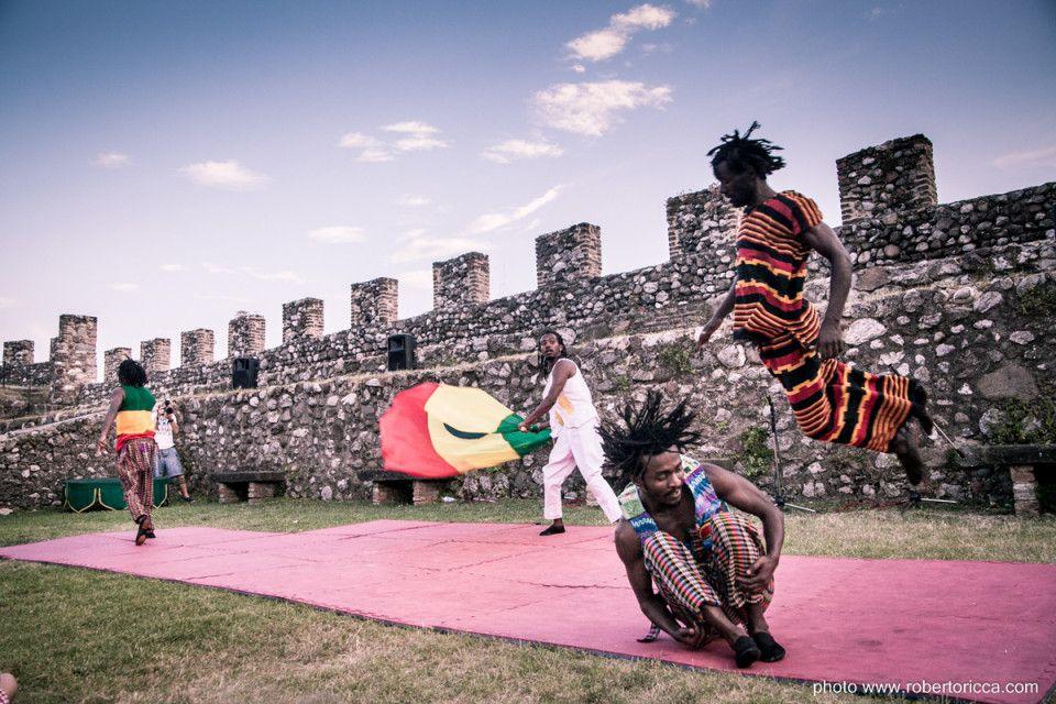 acrobati circo di strada buskers fekat etiopia