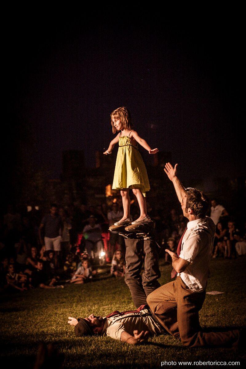 bambina in equilibrio artista di strada rocca meraviglie