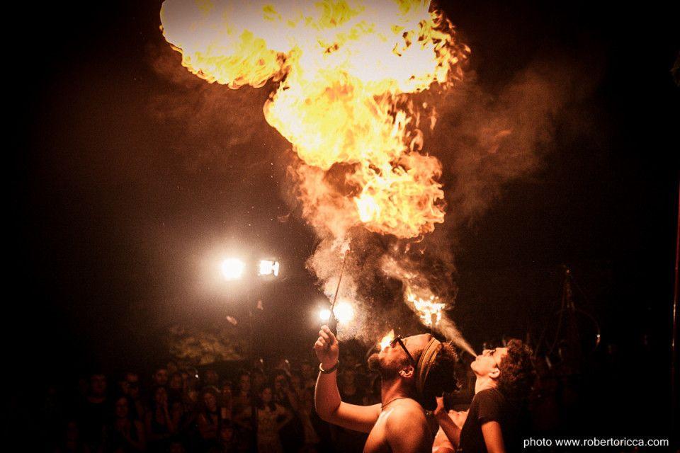 artista di strada sputa fuoco rocca meraviglie a lonato del garda