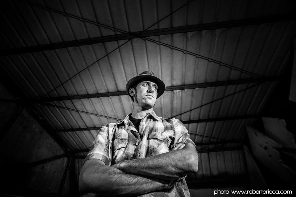 Foto del rapper che canta in dialetto Dellino farmer di Brescia