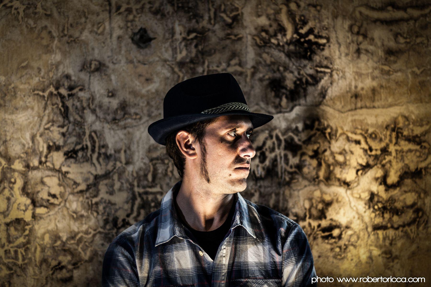 ritratto di profilo di rapper con muro rovinato