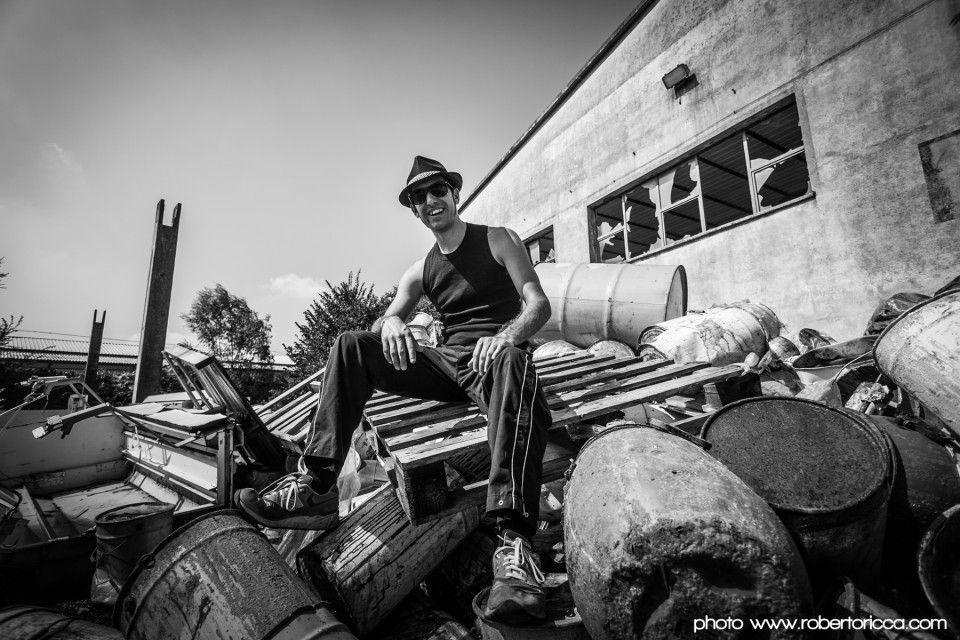 ritratto di rapper tra i rifiuti