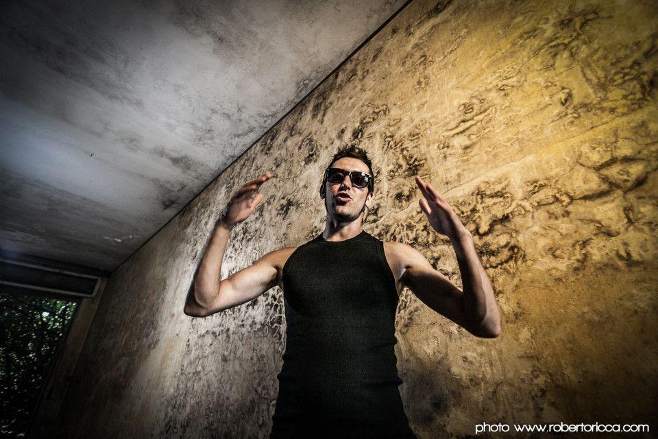 ritratto fotografico ddi rapper in una fabbrica abbandonata
