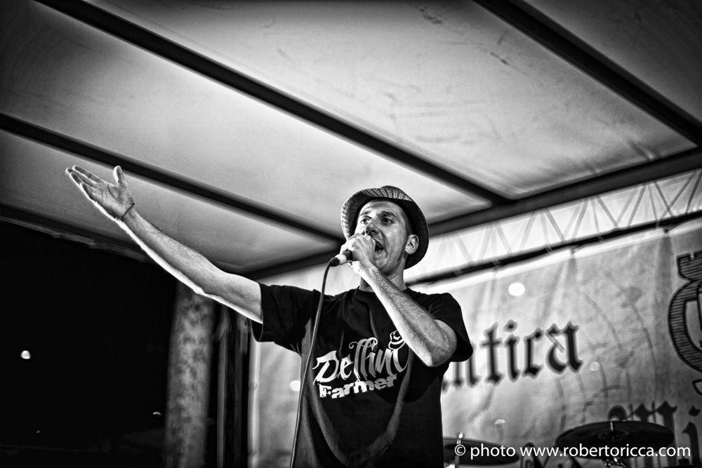 fotografo brescia per band e musicisti, ritratto rap foto dellino esibizione live