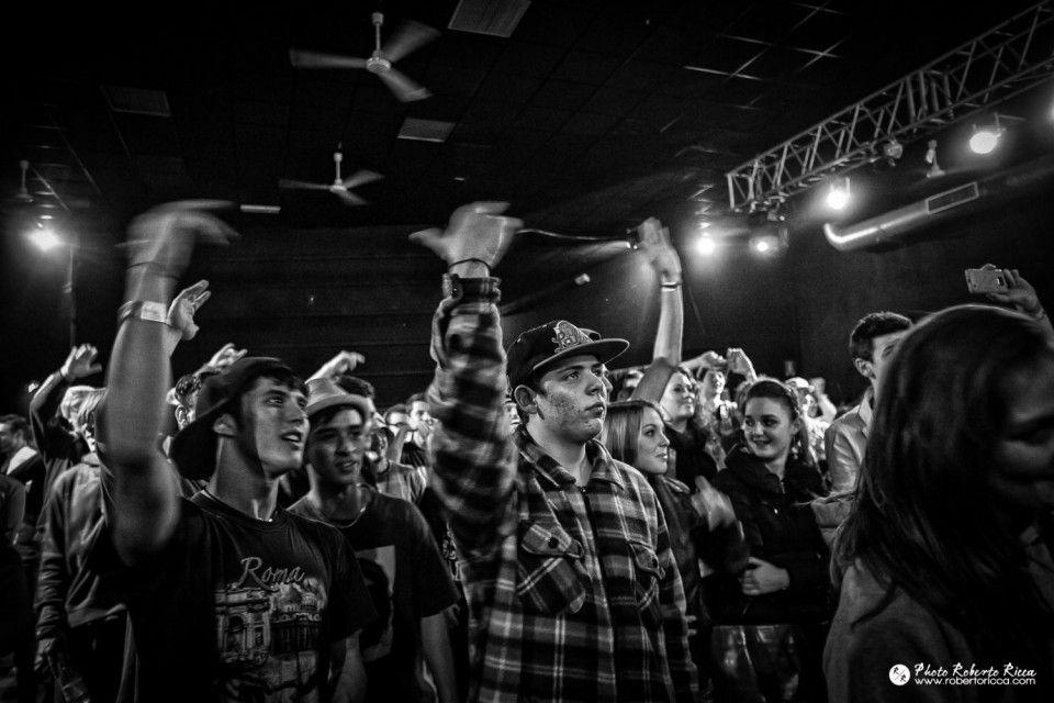 pubblico e fan durante concerto hip hop a brescia