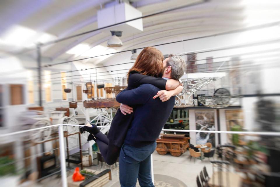 Foto di coppia nello spazio Kameleon di Brescia, sessione di engagement