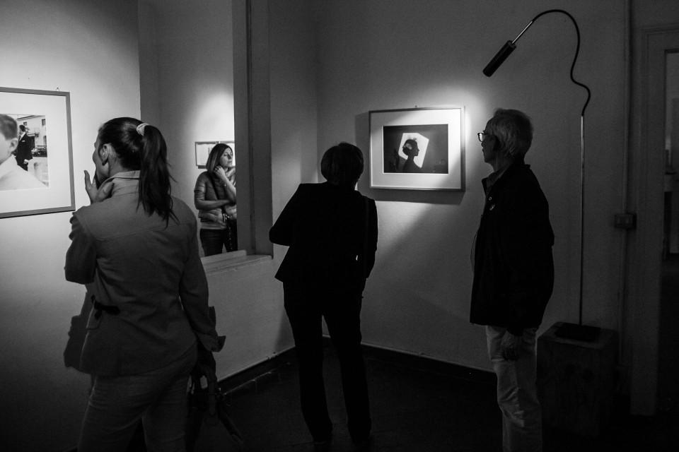 Il pubblico guarda le opere in mostra