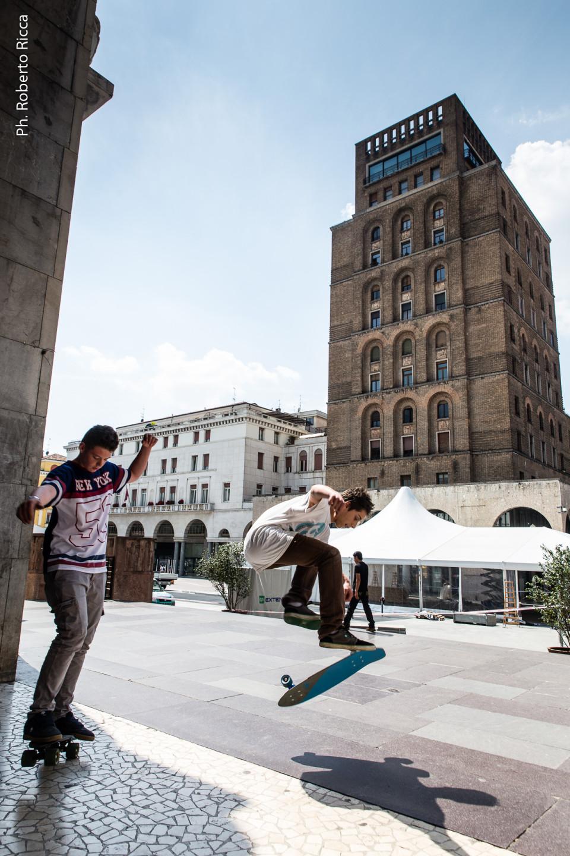 skaters in piazza Vittoria a Brescia, copertina per la rivista Qui Brescia