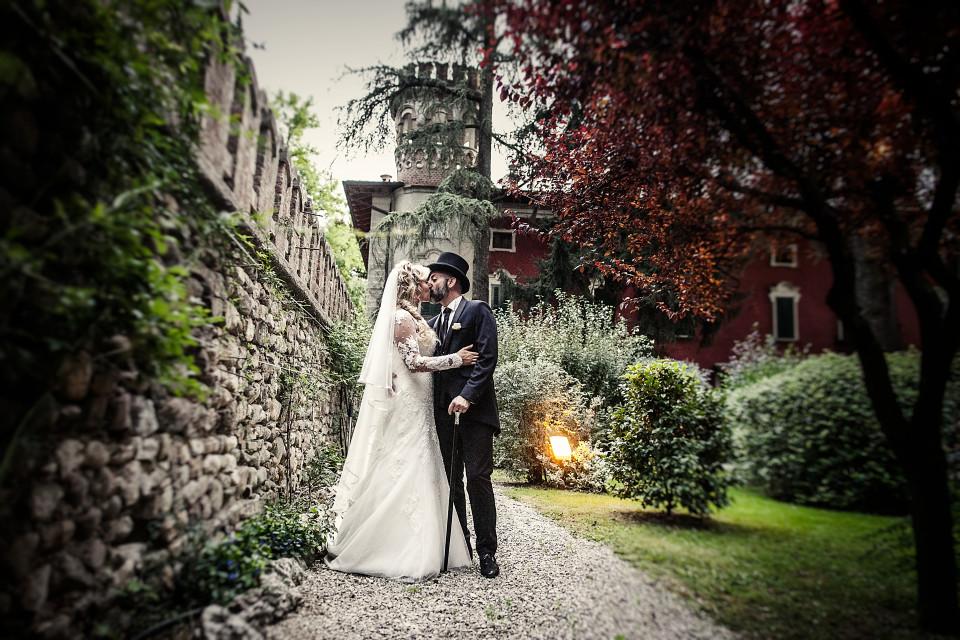 foto di coppia nel giardino del Borgo alla quercia