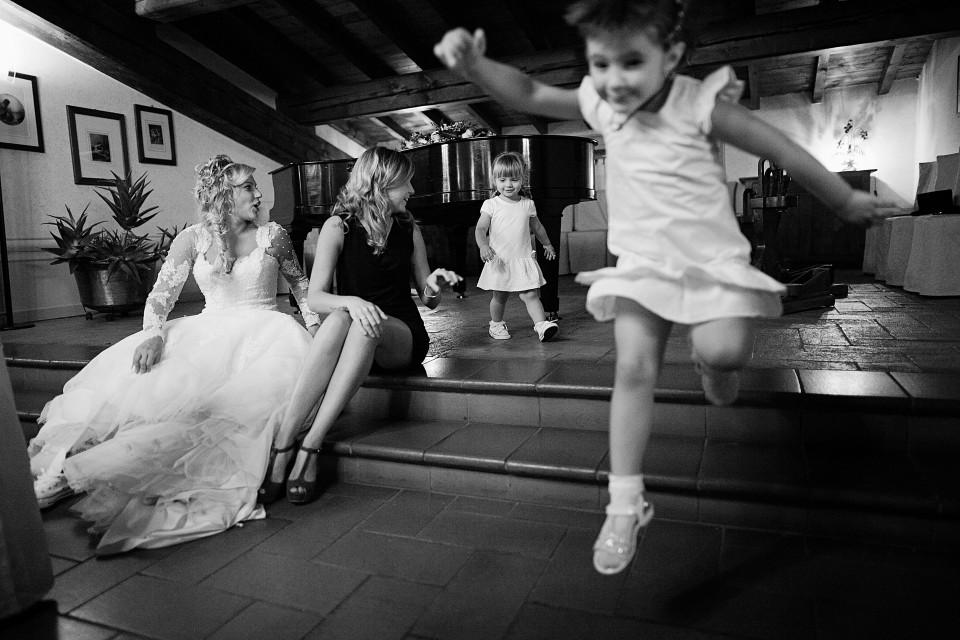 bambina che salta durante matrimonio