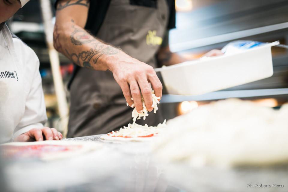 L'inviato delel Iene Cisco si diletta a preparare la pizza