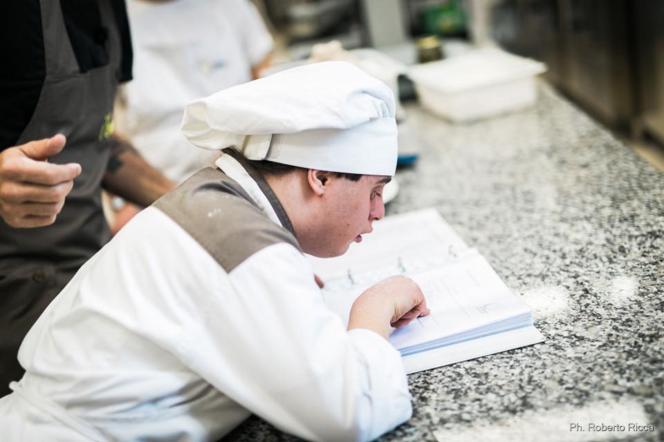 Simone studia la ricetta della pizza