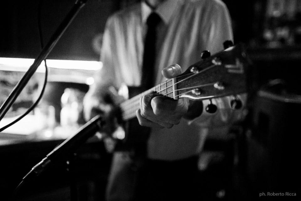 Un dettaglio delle mani di Aldo sull'ukulele