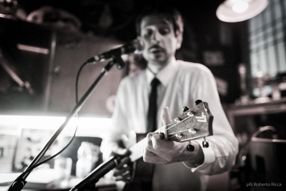 Aldo Bicelli in azione all'ukulele