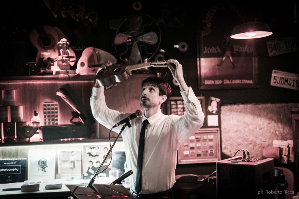 Aldo Bicelli mostra l'ukulele