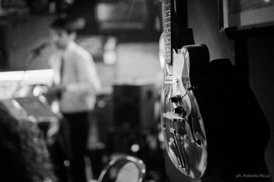 Una chitarra al Brick Lane OldTime Club