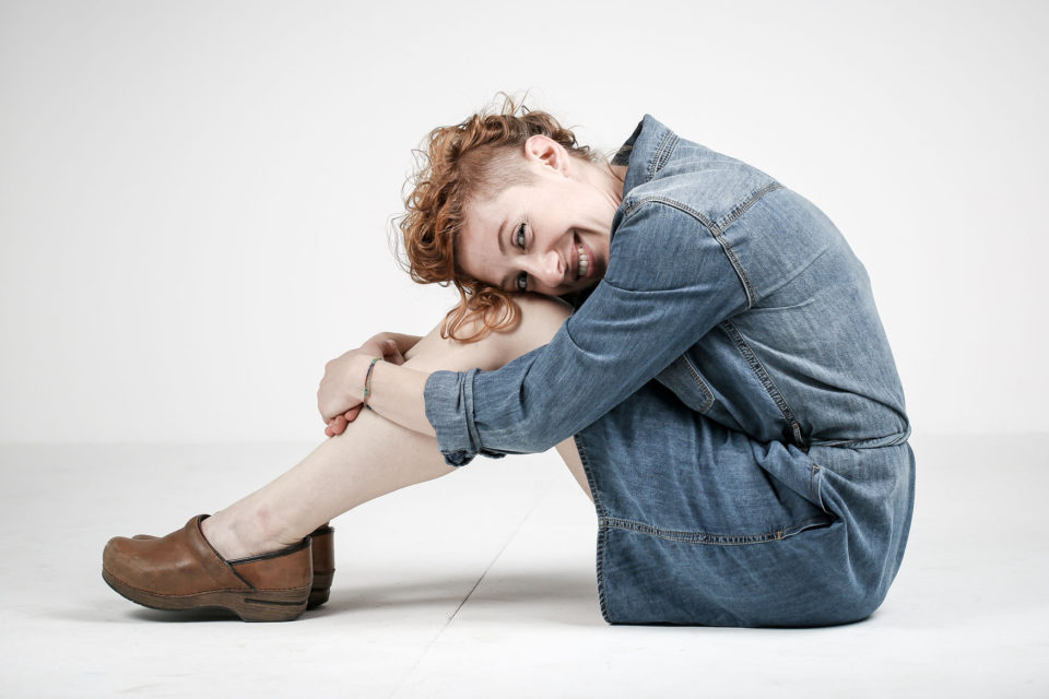 attrice seduta durante book fotografico in studio