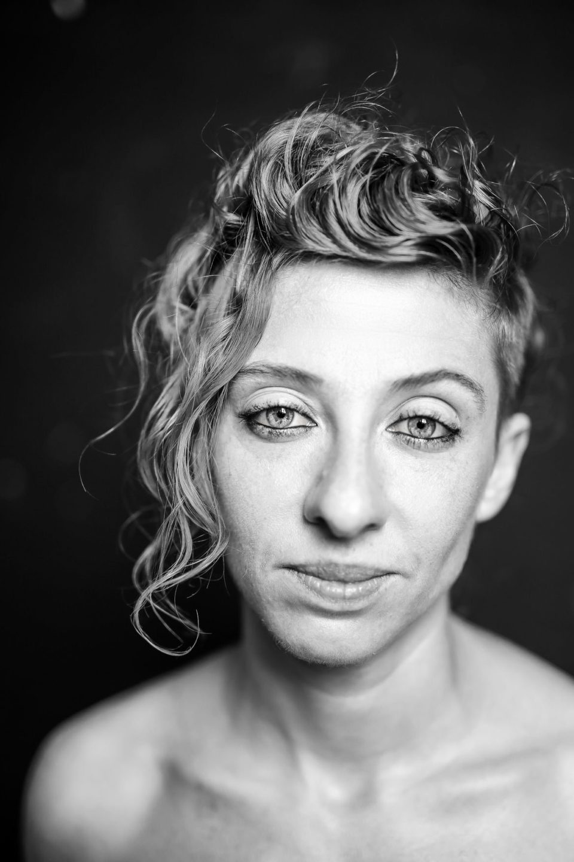 Ritratto intenso in bianco e nero per book di attrice a Brescia
