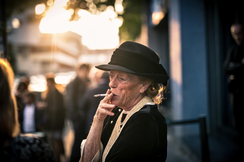ritratto donna fumatrice sigaretta